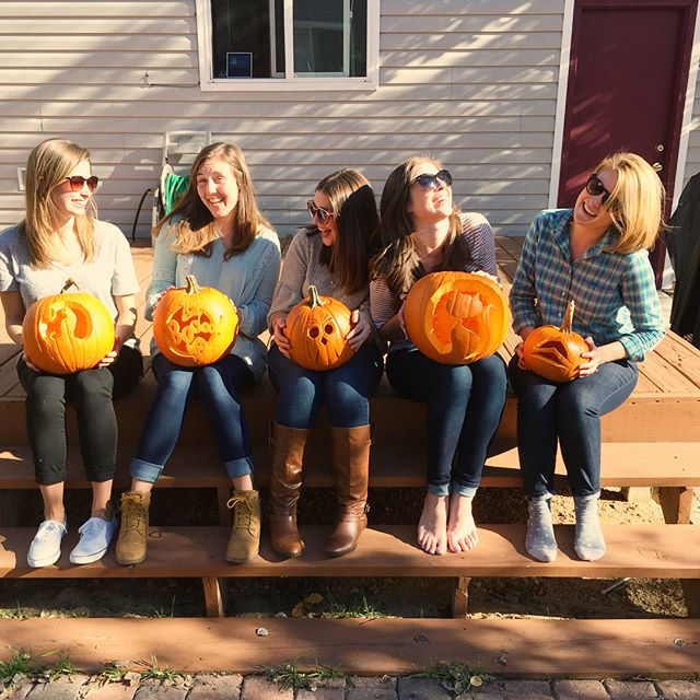Spent a sunny afternoon with these ladies carving pumpkins and drinking wine! 🎃🍷(Not pictured/photographers extraordinaire): @modernfrills and @schmidtcaitlin)