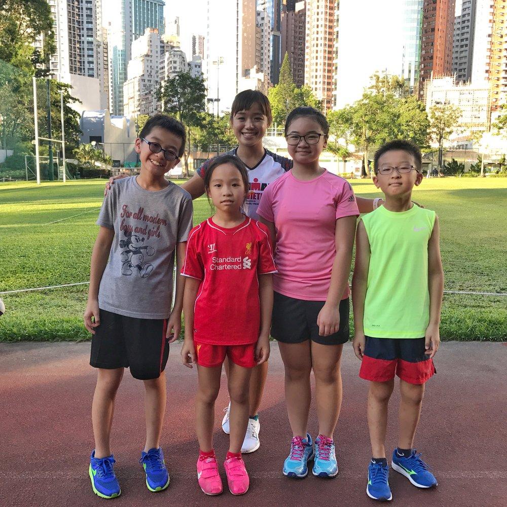 暑期兒童競技訓練班開班 - 兒童競技班剛剛開始,由Leanne、Lily及Mo分別負責,參與的同學都是本會長跑班學員的子女。透過小班教學,小朋友們既開心又學到好多嘢呀!