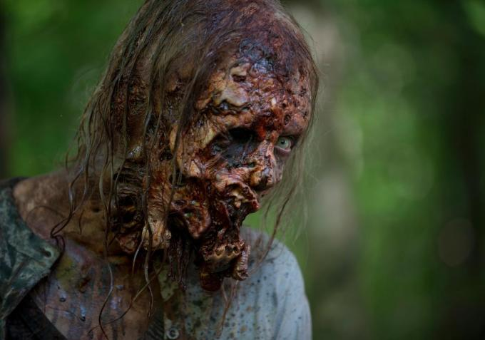 How 'The Walking Dead' Cast Would Kill Zombies and Other Red Carpet Secrets