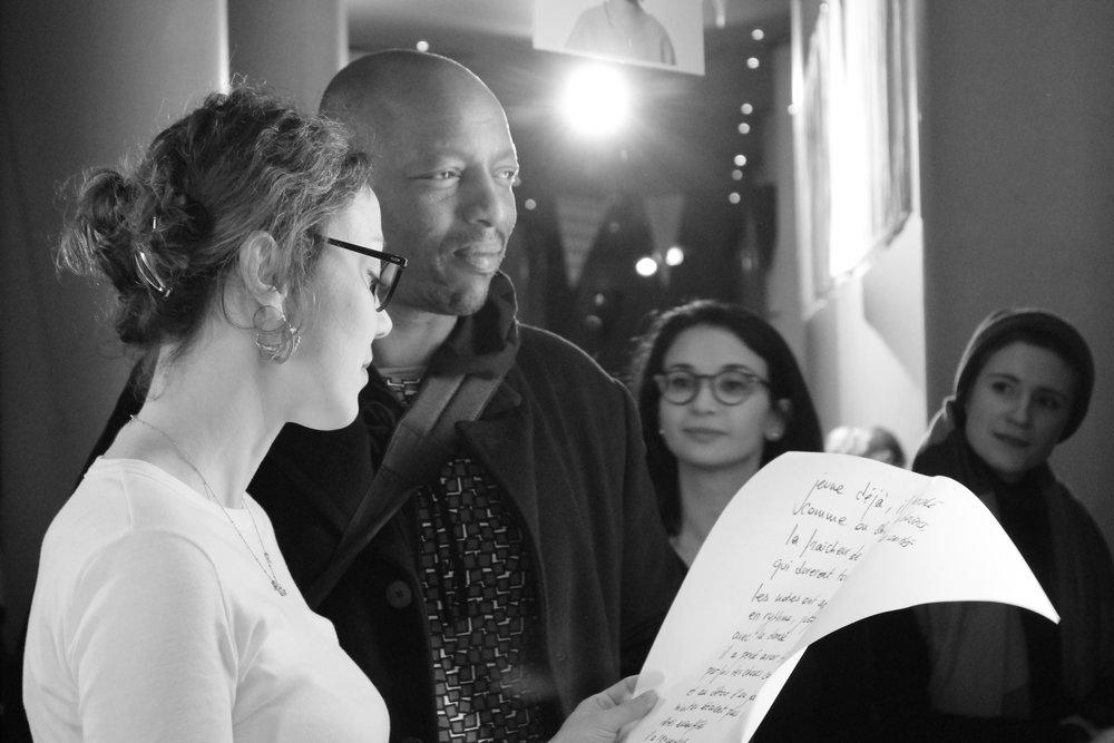 lecture de son portrait instantané àOxmo Puccino avec le mot le plus difficile de la soirée... sérendipité! photo (c) Alix Desforges