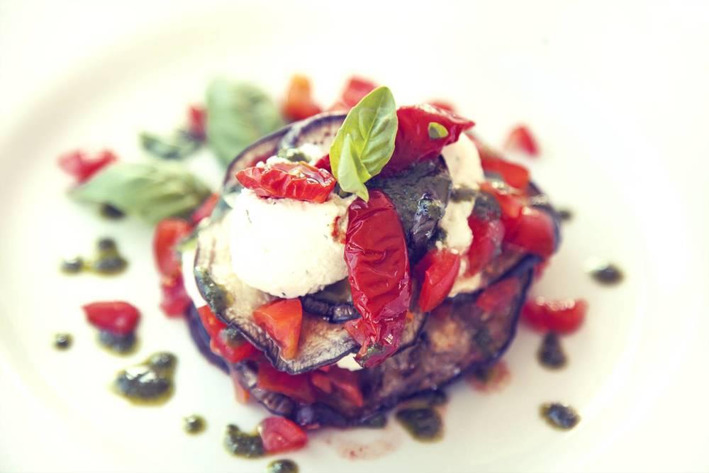 Millefoglie di melanzana, pomodorini piccadilly e ricottina fresca di bufala con erbe aromatiche