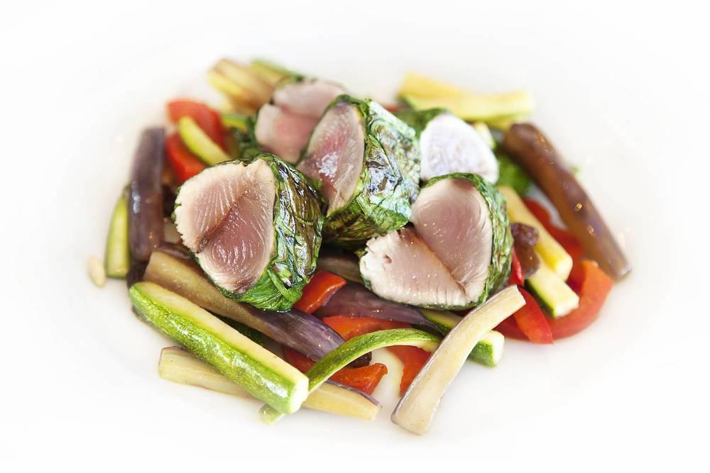 Filetto di palamita cotto in foglia di lattuga con caponata di verdure di stagione