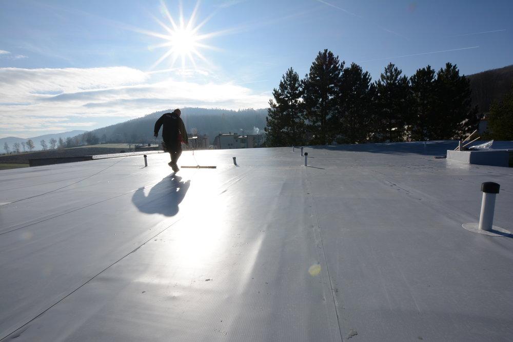 Iskrová skúška - kontrola vodotesnosti strechy.  tzv suché testovanie krytiny.