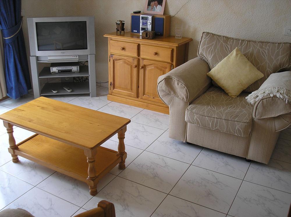 lounge with sat tv.jpg