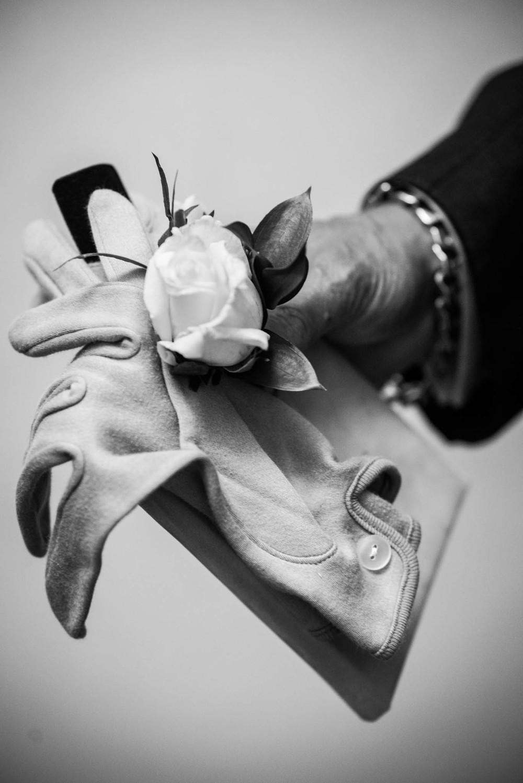 Une fleur de rechange, un carnet de mariage laissé derrière par des mariés pris par l'émotion. Le maître de cérémonie voit tout et prévoit tout.