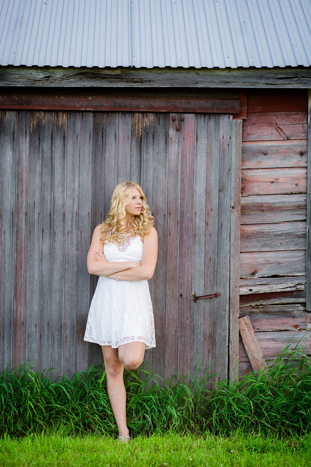 Outdoor, country and basketball styled senior pictures near Audubon, MN | Amber Langerud Photography | leaning up against rustic barnwood