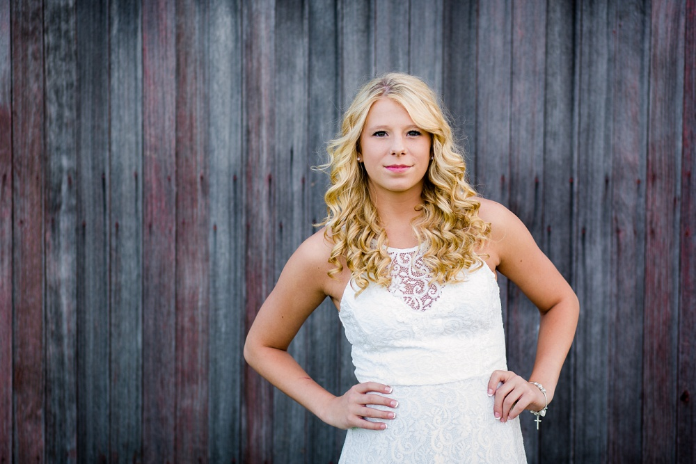 Outdoor, country and basketball styled senior pictures near Audubon, MN | Amber Langerud Photography | hands on hips