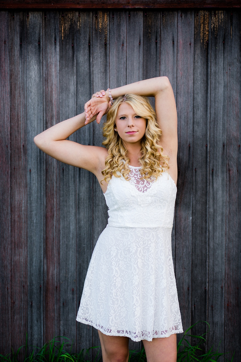 Outdoor, country and basketball styled senior pictures near Audubon, MN | Amber Langerud Photography | hands behind head