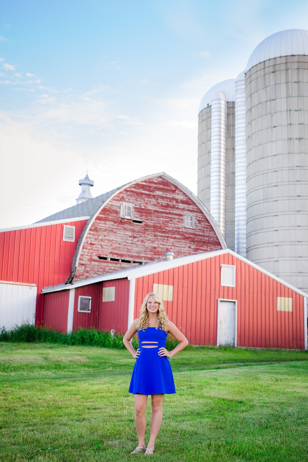 Outdoor, country and basketball styled senior pictures near Audubon, MN | Amber Langerud Photography | standing by dairy barn