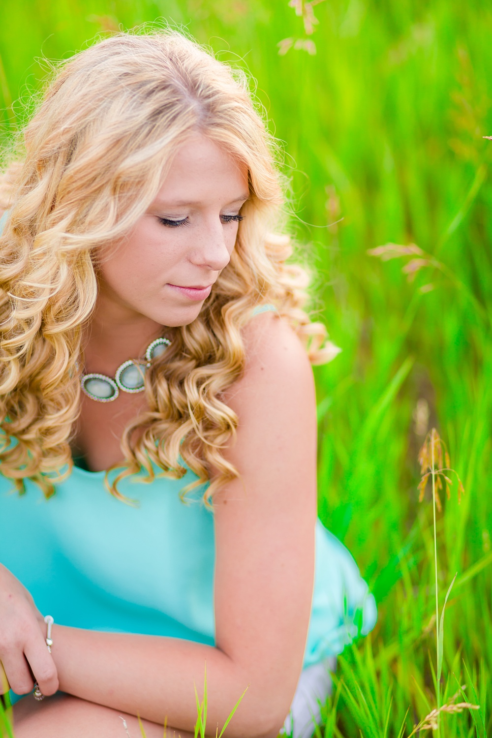 Outdoor, country and basketball styled senior pictures near Audubon, MN | Amber Langerud Photography | sitting in tall grass looking over shoulder
