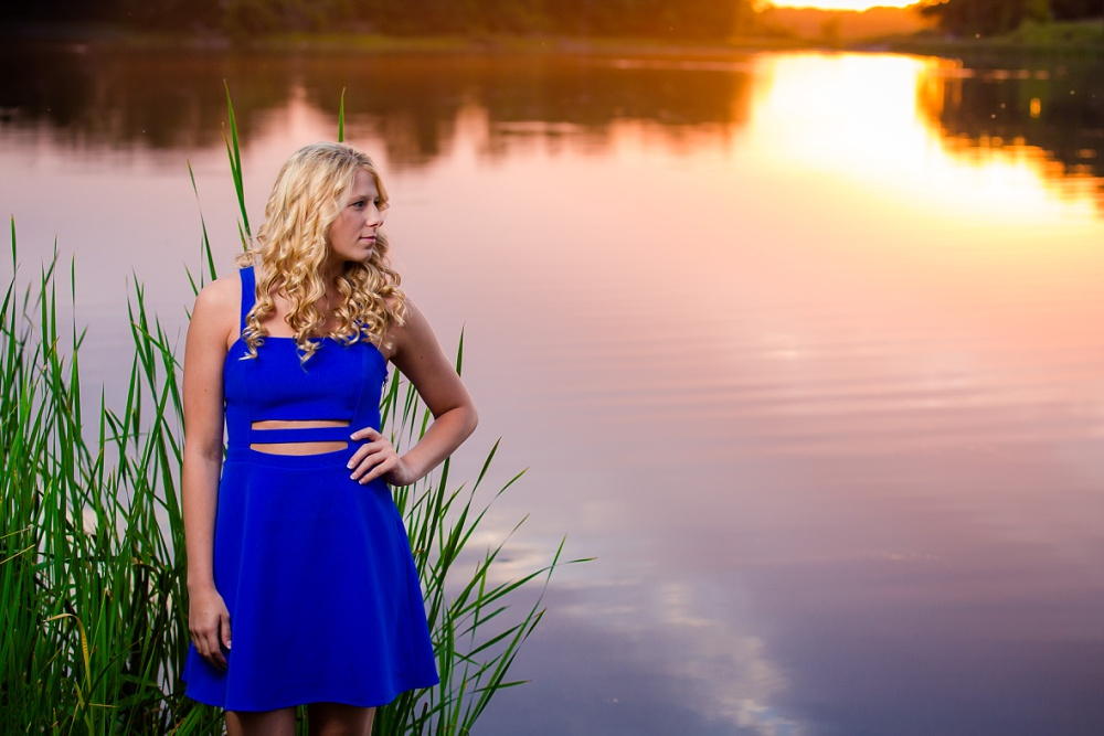Outdoor, country and basketball styled senior pictures near Audubon, MN | Amber Langerud Photography | epic sunset portrait by the lake