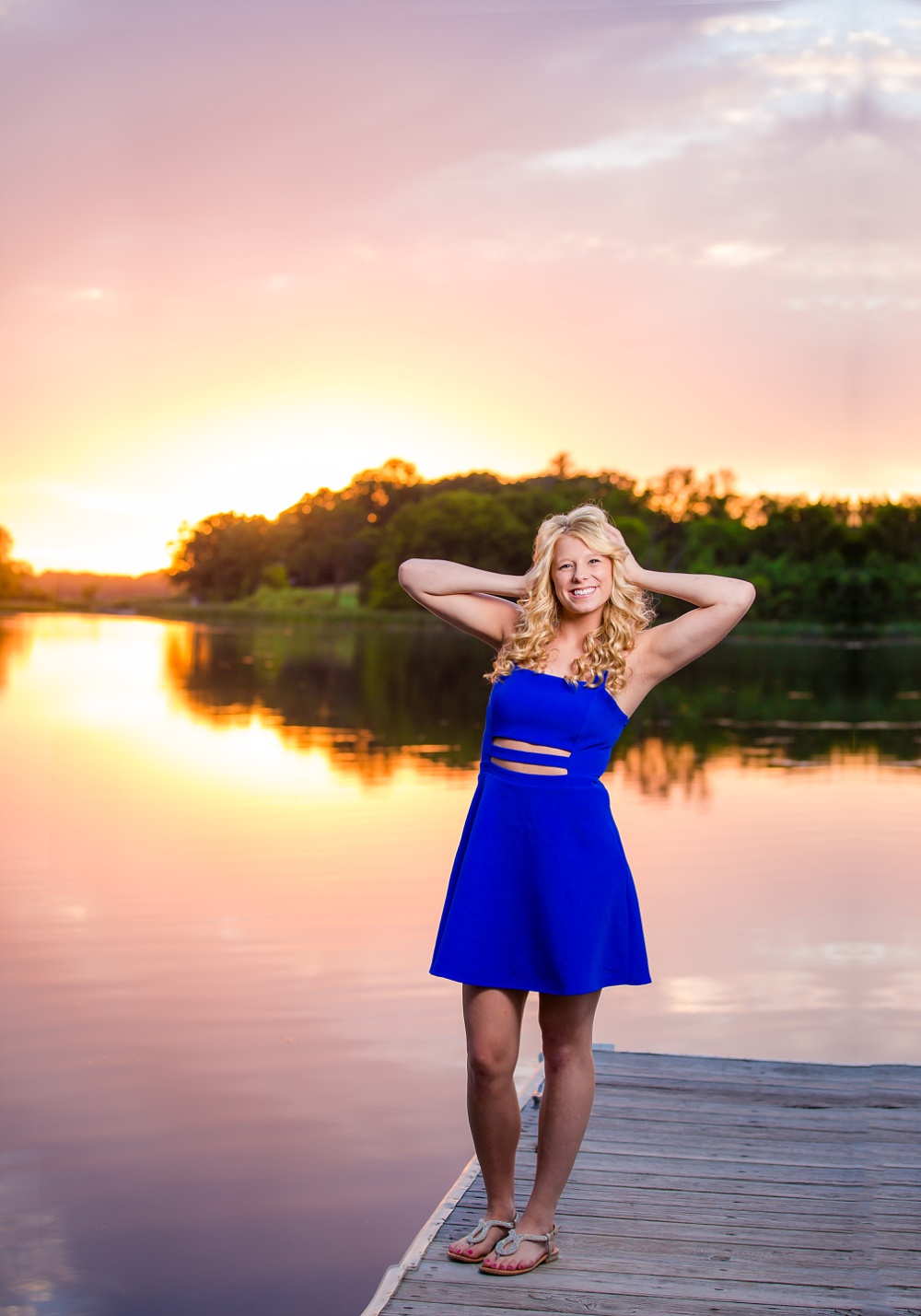 Outdoor, country and basketball styled senior pictures near Audubon, MN | Amber Langerud Photography | sunset portrait on the dock