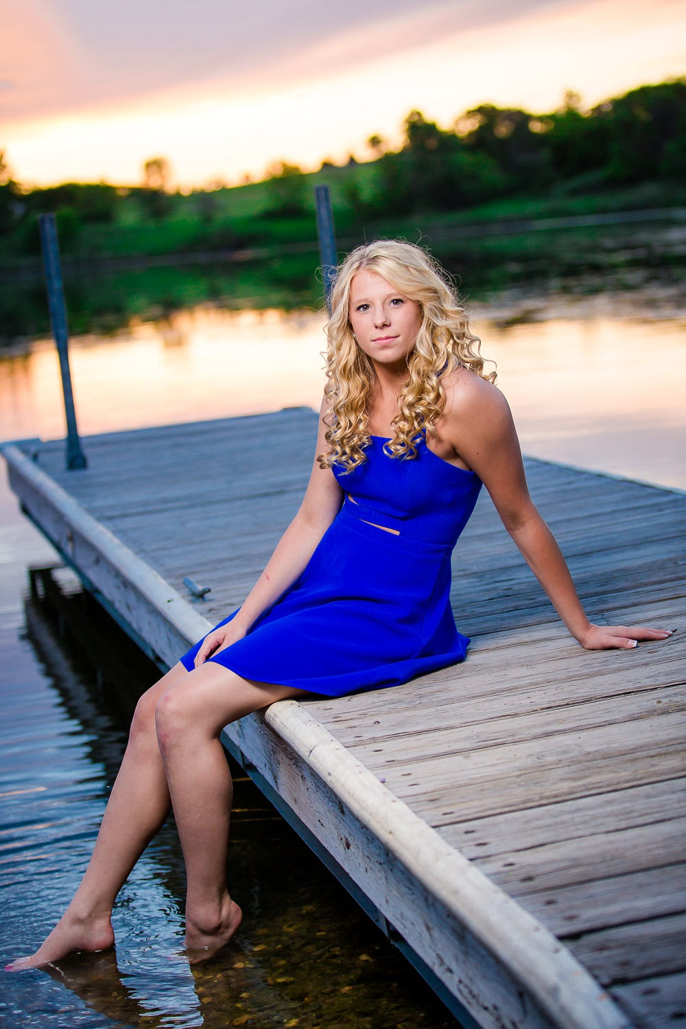 Outdoor, country and basketball styled senior pictures near Audubon, MN | Amber Langerud Photography | sitting on dock