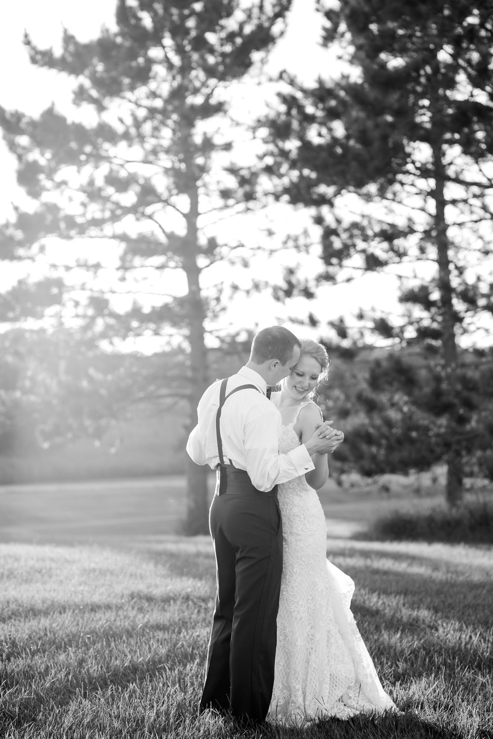 http://www.amberlangerud.com/blog/summertime-country-styled-barn-wedding-on-the-lake-at-the-barn-at-five-lakes-near-frazee-mn-adrienne-nick/2017/7/4