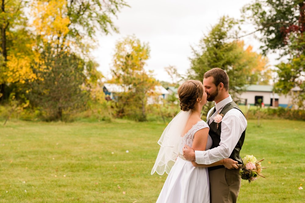 AmberLangerudPhotography_Fall, Barn At Dunvilla Wedding with outdoor ceremony_3350.jpg