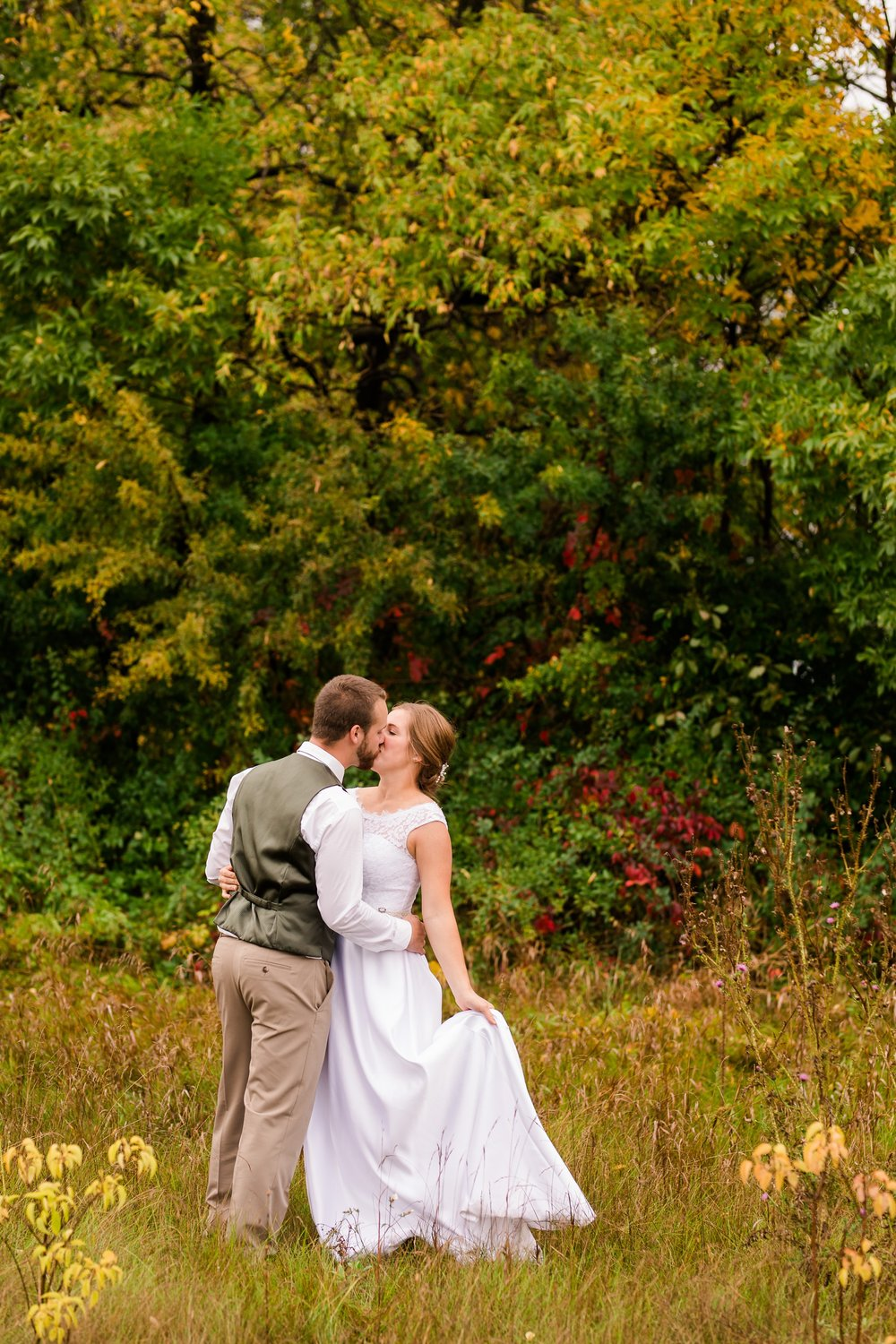 AmberLangerudPhotography_Fall, Barn At Dunvilla Wedding with outdoor ceremony_3374.jpg