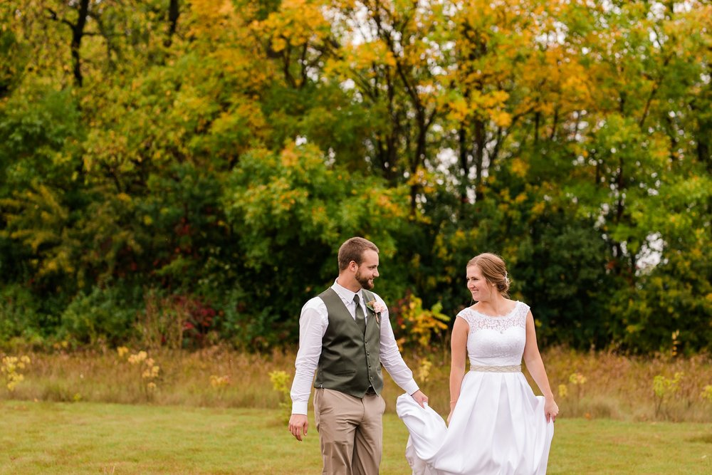 AmberLangerudPhotography_Fall, Barn At Dunvilla Wedding with outdoor ceremony_3380.jpg