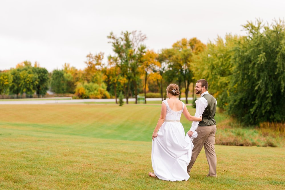 AmberLangerudPhotography_Fall, Barn At Dunvilla Wedding with outdoor ceremony_3381.jpg