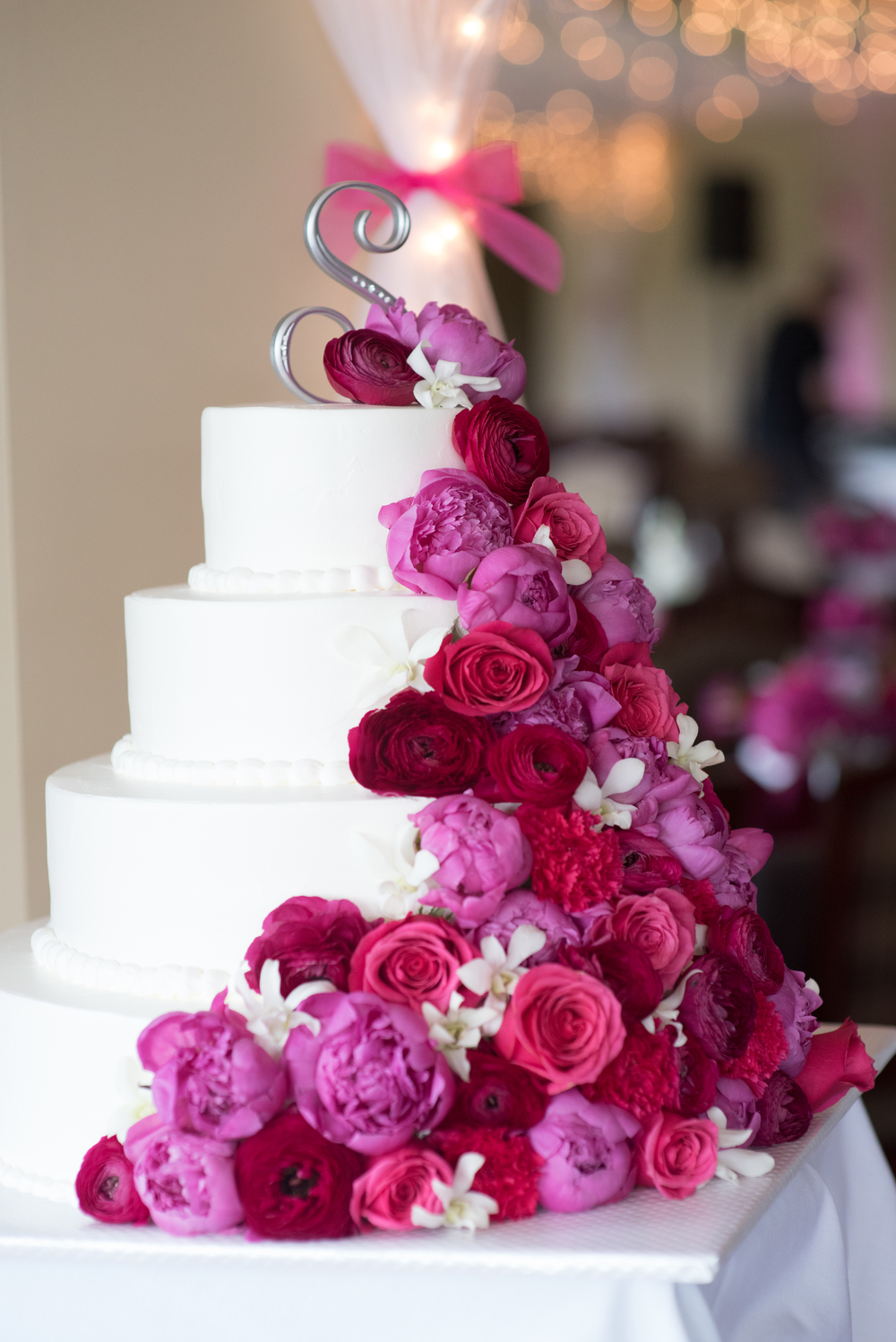 Meridian Valley Country Club Wedding | Wedding Cake with Pink Flowers | C2 Photography | Seattle Wedding Planner | New Creations Weddings