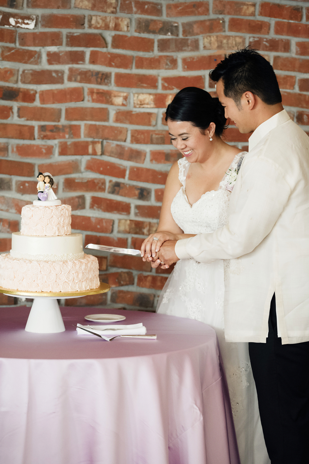 Cutting of the Cake | Joe and Patience Photography | Filipino Wedding Planner | Seattle Wedding Planner | Ballard Bay Club Wedding