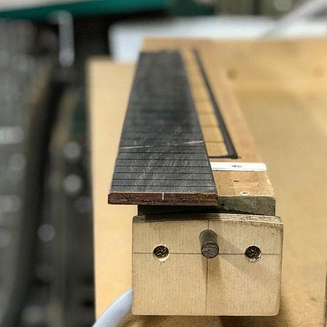 Compound radius finger-board...in 5 minutes. #guitar #acousticguitar #luthier #guitarmaking #compoundradius #jigsandfixtures #cfoxconcept #improvement #vacuumclamp