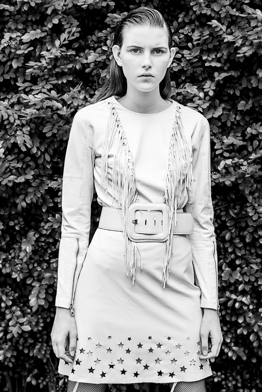 Camisa de couro – Juliana Sanmartin  Saia – Pat Pat's  Cinto – Acervo
