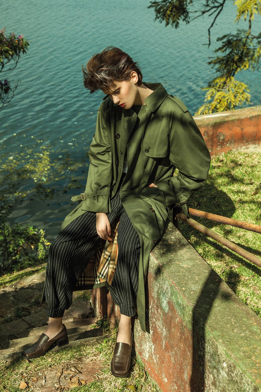 casaco verde Burberry, calça e sapato vintage.