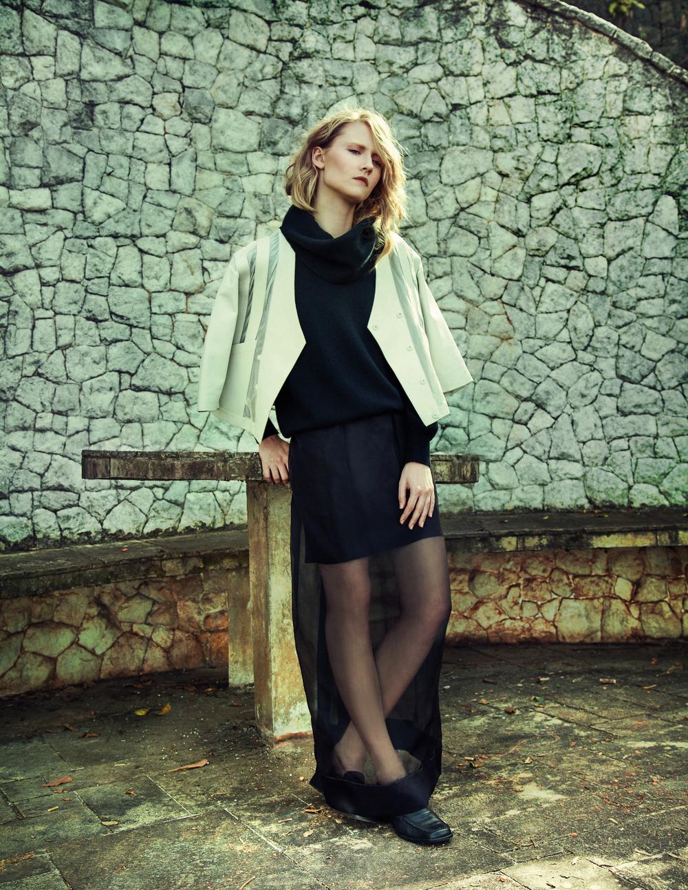 Jaqueta branca de couro e organza Gloria Coelho, Tricot de gola preto vintage, vestido longo organza Pedro Lourenço, sapato Vintage.