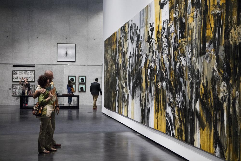 Visitantes apreciam a obra People and Power de Ahmad Moualla, na exposição Syria Into Light, na galeria Concrete, na Aserkal Avenue. A tela mede 3m x 12m