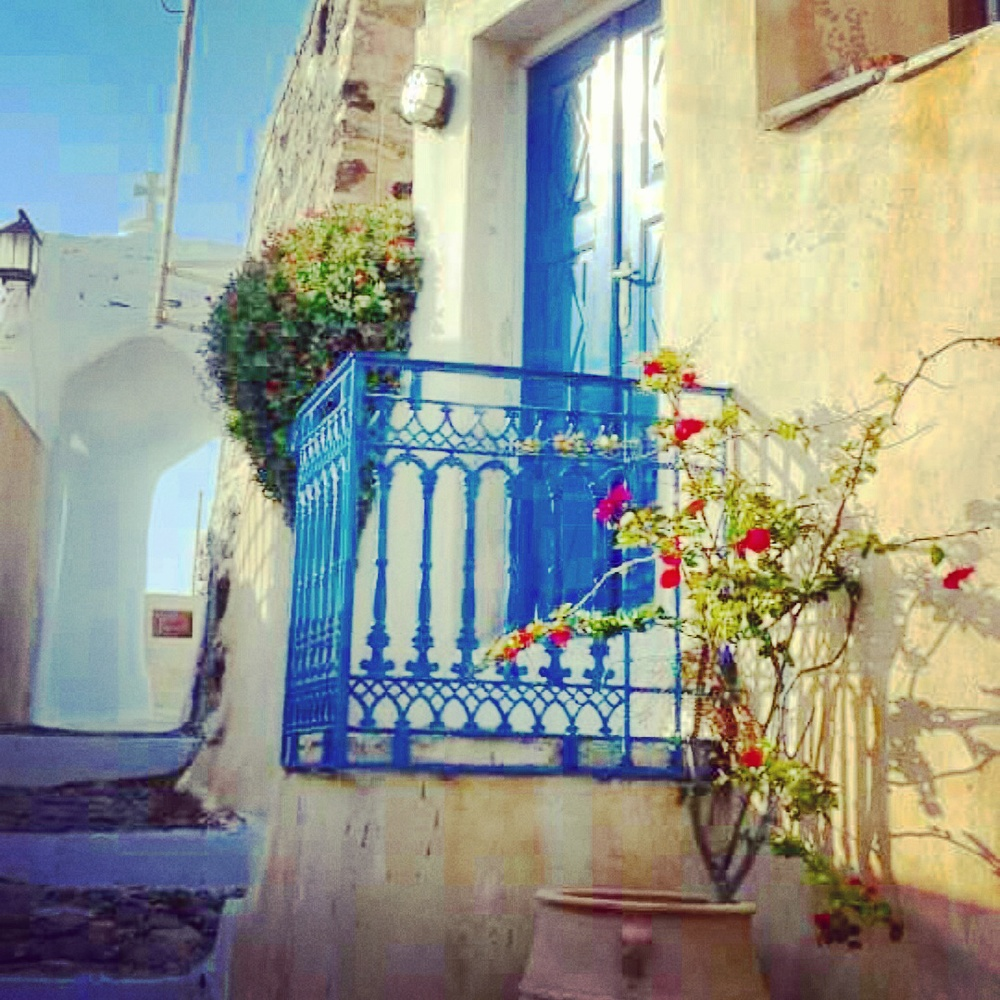 7. Olivia Collins_Photography_Santorini_street snapshot_Greece.jpg