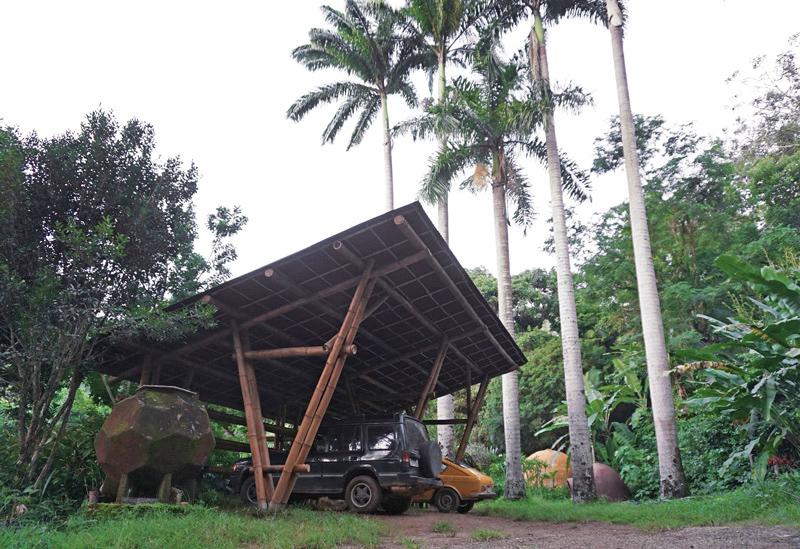 garagem de bambu com teto de telhas de fibras vegetais Onduline