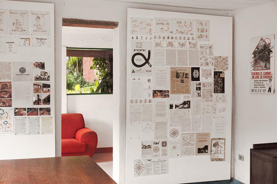 escritorio /painéis com materiais da historia do Tibá