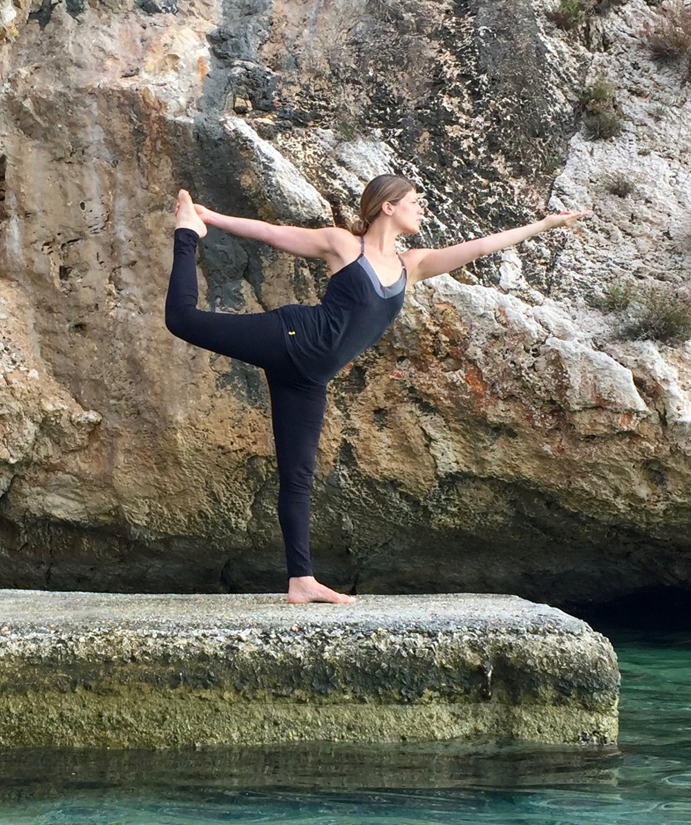 Yoga Intégral - Issu de la pure tradition indienne, le Yoga Intégral est un système philosophique et scientifique qui permet à chaque individu d'atteindre un bien- être global : physique, mental et émotionnel. Souvent décrit comme le «yoga qui soigne », il est la base de nombreux programmes de soin et thérapies en Europe et aux Etats-Unis (yoga pour maladies cardiaques du Dr.Ornish, soulagements des handicaps, gestion du stress, yoga pour personnes âgées, etc…). Pratique posturales, nutrition, respiration, relaxation, méditation et philosophie, sont des aides précieuses dans notre quotidien souvent agité et stressant.