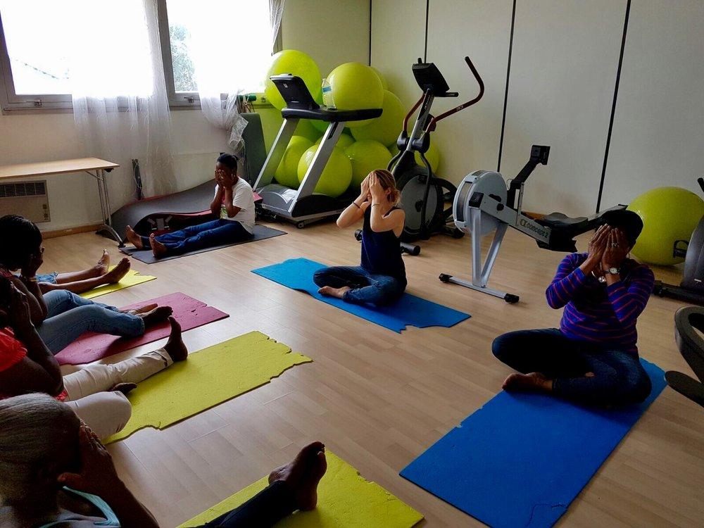 YOGA SOCIAL - Amener le yoga et le mieux-etre à des populations en situation de précarité physique, psychologique ou émotionnelle est aussi une cause qui m'est chère. Ici, cours de yoga doux à l'association Ikambere, avec des femmes migrantes vivant avec le VIH .