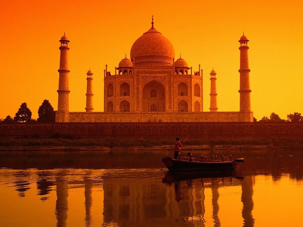 Set on the banks of the river Yamuna, the Taj Mahal is one of the 7 wonders of the World.India's symbol of love, millions of tourists and travelers come here every year to get a glimpse of the marble beauty.