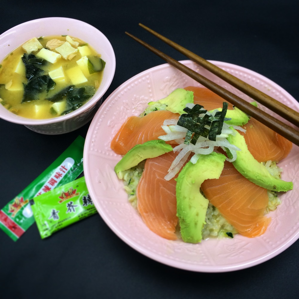 Salmon sushi-bowl with an additional salmon-miso soup at the side, great combo