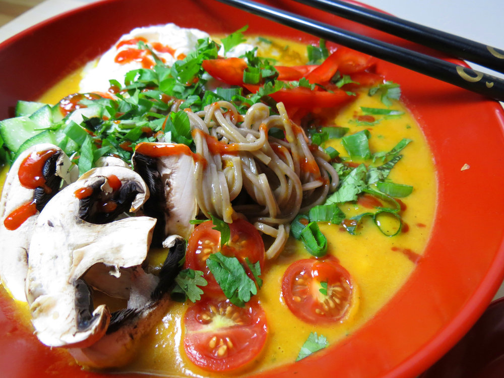 Scharfe Kokos-Curry-Suppe mit Soba-Nudeln {Fertig in 15min} - kitchen-impossible.com