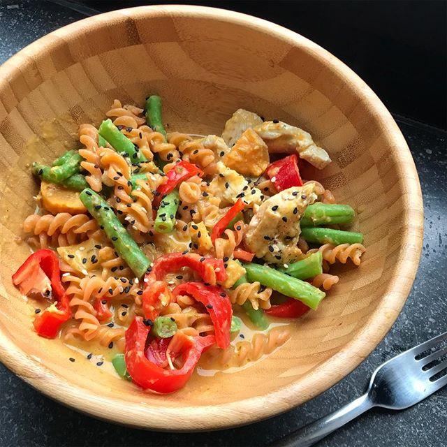 #dinnergoals 😍🍜.. Nudeln aus roten Linsen, Gemüse, Hähnchen und dazu ein Soße aus Süßkartoffel+Kokos+Currypaste 🤤🤤🤤 #lecker #gesund und #schnell ..was gibts bei euch heute?