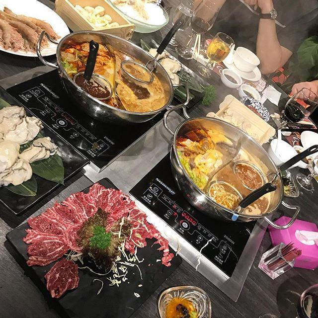 #hotpot oder #jederkochtseineigenessüppchen 😋🍲..ich finde das asiatisches Essen einfach allgemein viel kommunikativer und geselliger ist. Ob #Teppanyaki, hotpot, #koreanbbq oder ein ganz normales Abendessen..in jeder asiatischen Kultur werden mehrere Speisen geteilt oder direkt am Tisch zubereitet. Dadurch kann man alles einmal probieren und das Essen wird irgendwie viel mehr zelebriert als bei uns, wo jeder einfach auf seinen eigenen Teller fokussiert ist. Vielleicht sollten wir uns davon mal eine Scheine abschneiden ☺️ #asianfoodlove