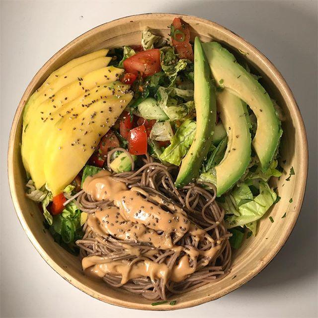 Salat mit Koriander, Avocado, Mango, soba-Nudeln, erdnussmus uuuund nem Limetten-Dressing 🤤..Koriander ist ja für viele so ne grenzwertige Angelegenheit, aber ich liebe ihn 🌿🌱
