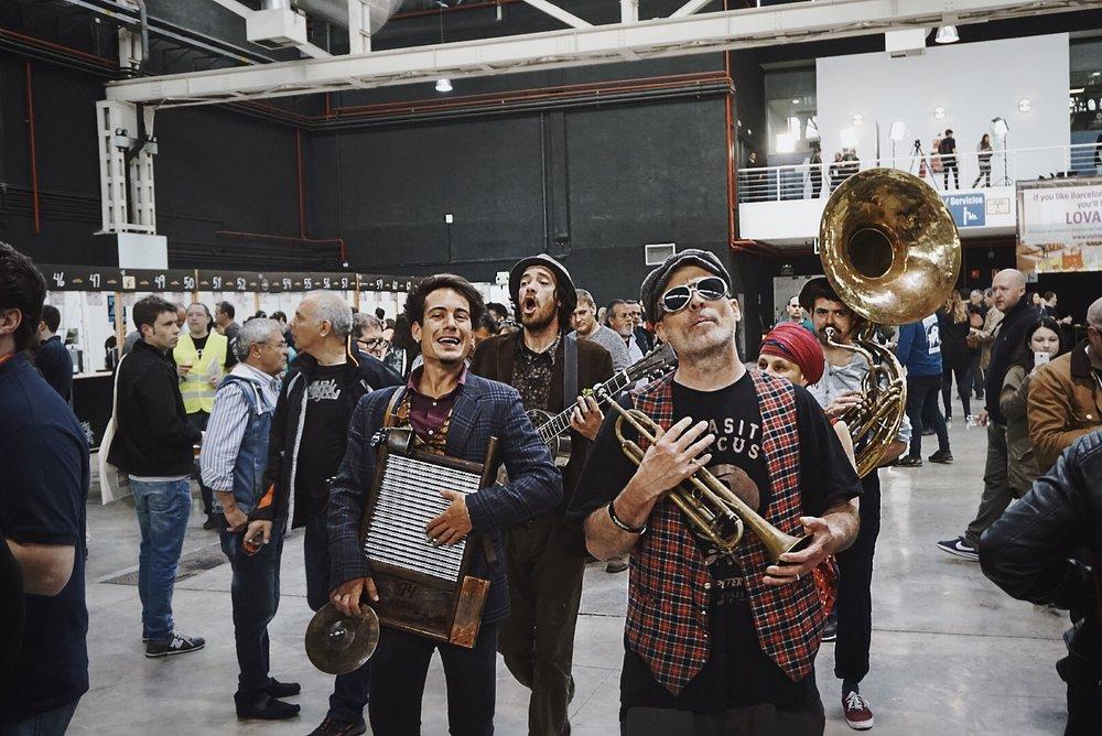 """El espíritu de New Orleans estuvo presente en el BBF gracias a la street band """"Los Boozan Dukes""""."""