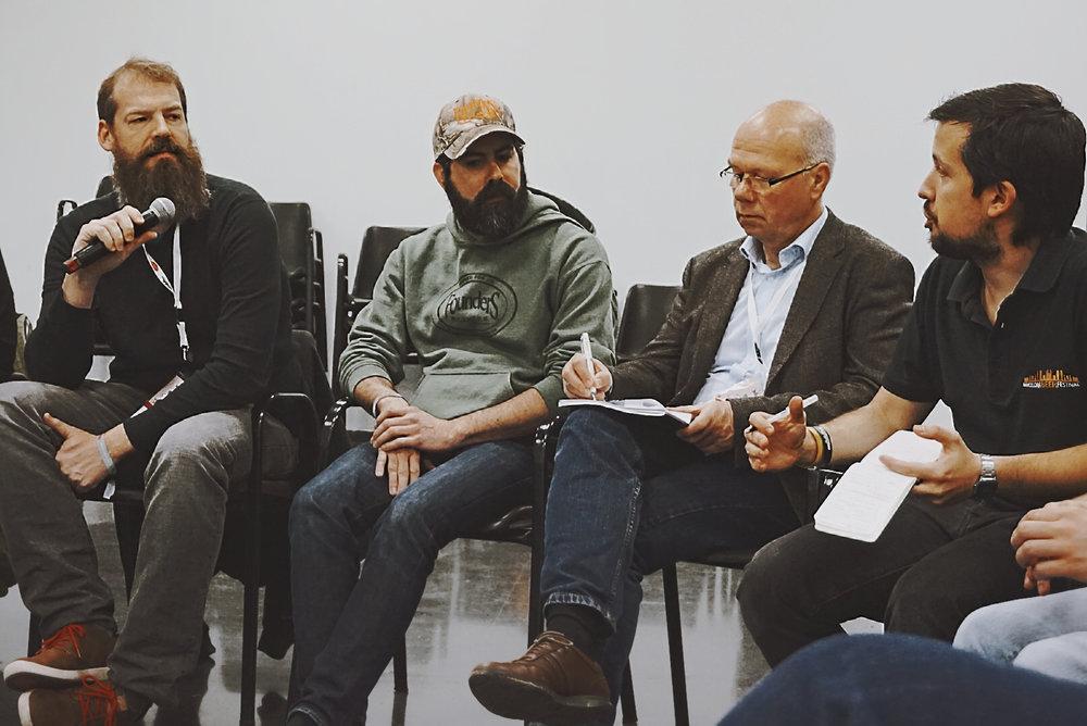 Sami Claret de Nomada Brewing Company, Tim Traynor de Founders Brewing Co.,Ernst Faltermeier y Joan Villar-i-Martí,en pleno debate.