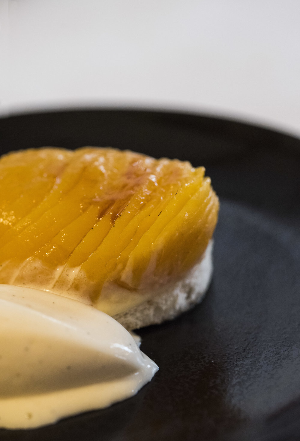Melocoton con base de dacquoise, crema pastelera y helado de vainilla, Sao Barcelona  Photo © Barcelona Food Experience