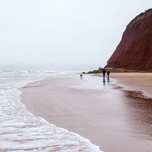 Those red sand cliffs at Exmouth 👌🏻#sandybay #exmouth #devon #cliff #sand #sea #coast #ocean #beach #bythesea #seaside #besidethesea #waves #lovedevon #visitdevon