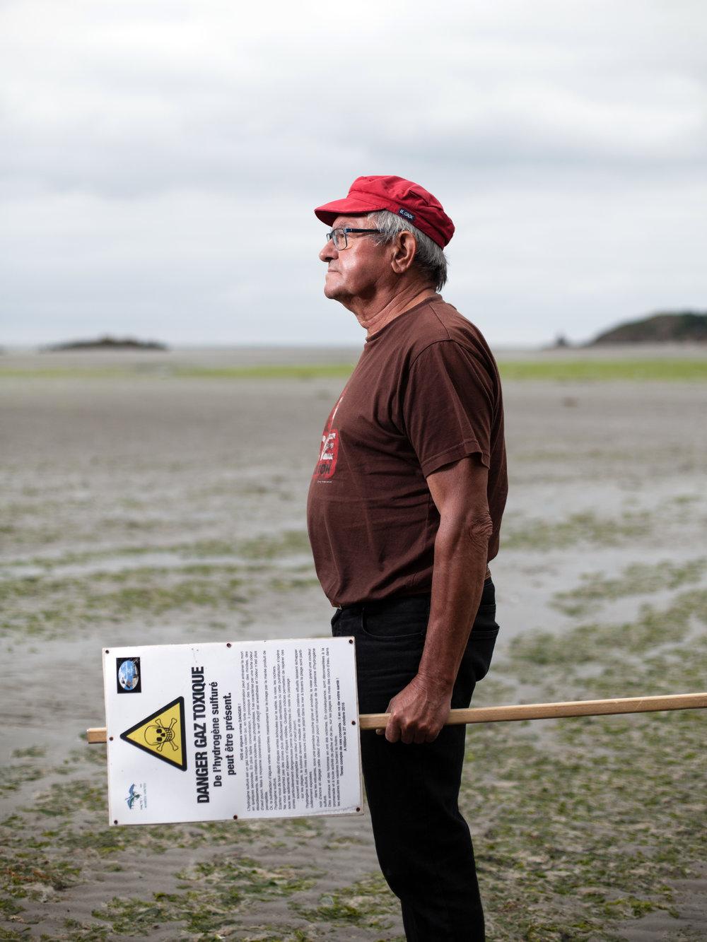 « Je me suis engagé pour sauver des victimes,  - j'ai mis des gens dans des situations de procédures judiciaires et je veux trouver tous les arguments afin de donner des atouts aux avocats pour la reconnaissance des victimes des algues vertes, dans la Baie d'Hillion, en Bretagne. Je veux aussi porter une réflexion au changement de l'agriculture d'aujourd'hui qui génère ces marées vertes, pour que nos générations futures vivent en paix avec l'environnement. »André Ollivro, ancien cadre chez EDF-GDF et co-président de l'association Halte aux marée verte. Plage de La Grandville à Hillion.Juin 2017.