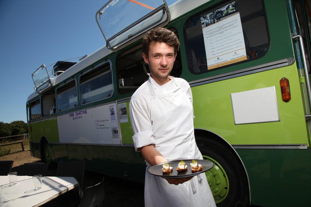 Le Fresh Connections de Martin Rousse et Pierre Pedehontaa, restaurant-bus éphémère et itinérant propose unecuisine bistronomique, des apéritifs dînatoires ou du food truck àemporter.lls se fournissent auprès de producteurs locaux favorisant la qualitédes produits.