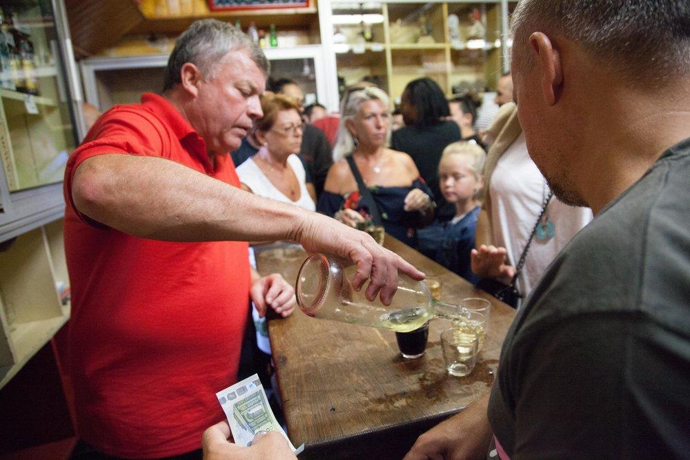 """Gilles, patron du bar le Bidule au Pornichet, sert ses fameux """"Bidules"""" et muscat aux nombreux clients du vendredi soir."""