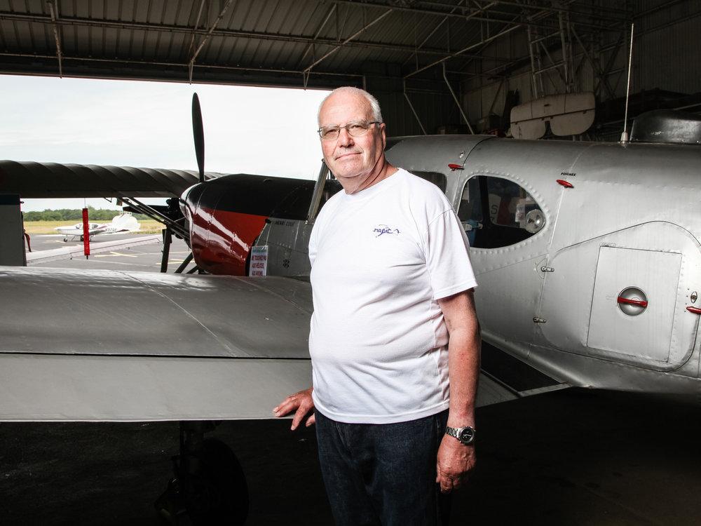 Raymond Delaunay du Musee Aeronautique de la Presqu'île Côte d'Amour (MAPICA). Fondéen 1980, le Musée est reconnu dans le monde entier pour son travail de restauration et de préservation du patrimoine aéronautique.