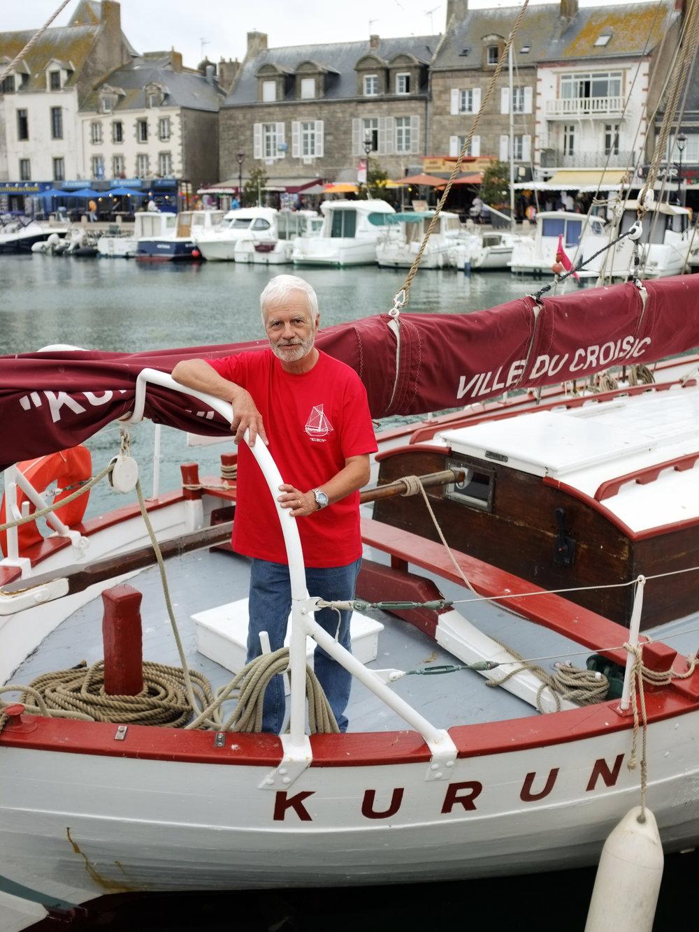 Patrick Nalis, président de l'association «Les amis du Kurun », qui assure la conservation du bateau de Jacques-Yves Le Toumelin, proprietéde la Ville du Croisic et monument historique. Kurun («Tonnerre » en breton) est un cotre de plaisance de type norvégien, dessiné par l'architecte naval Henri Dervin pour le navigateur français Jacques-Yves Le Toumelin, qui effectuera à son bord un tour du monde de 1949 à 1952. Il fait l'objet d'un classement au titre des monuments historiques depuis le 30 octobre 1993.