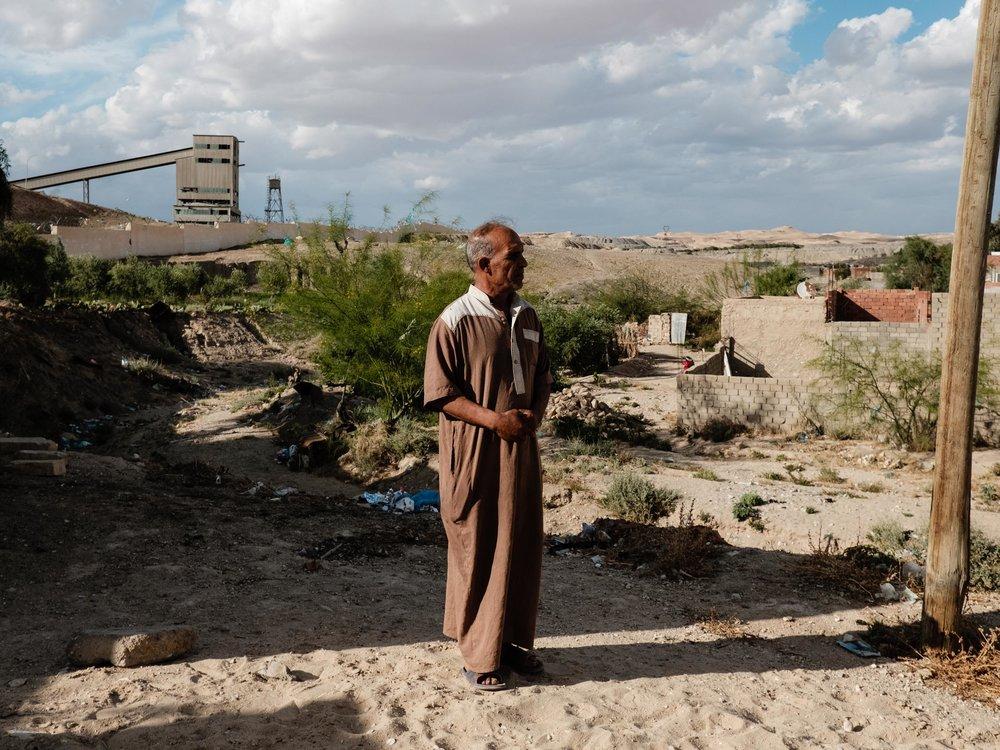 Metlaoui, mai 2018. Said Karait, 52 ans, travaille dans une banque a Metlaoui. Sa maison est collée à l'usine de phosphate de la ville.  Son fils Khoubaid a quitté clandestinement la Tunisie en 2017 pour rejoindre l'Italie.